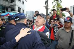 直播》國民黨中常會場外失控互罵 高喊:支持吳敦義、吳斯懷加油