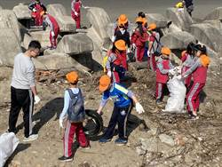 啟明國小學童白沙屯淨灘 驚呼:原來海邊垃圾那麼多!