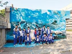 白海豚游進二林工商 學生3D彩繪啦
