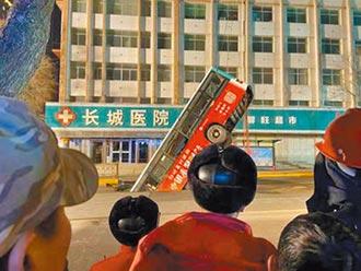 青海路面坍塌 公車墜坑6死