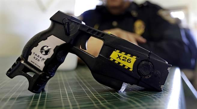 香港警方擬在反政府示威行動中增配電槍。(資料照/美聯社)