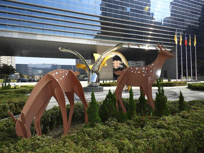 台中市議會大樓前廣場2座大型戶外公共藝術作品,讓民眾認識更多藝術能量。(陳世宗攝)