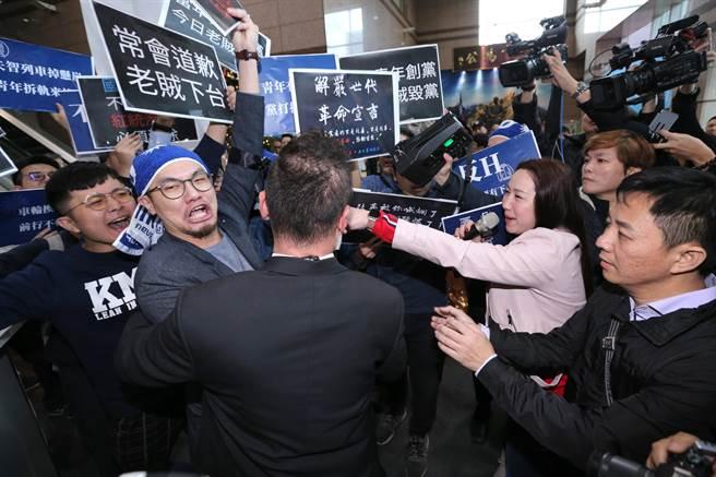 青年軍混入黨部大樓直搗會議室外抗議,手舉標語高喊「老賊下台」,與國民黨中常委林杏兒(右三)發生口角,黨工們也上前阻止,場面一片混亂。(黃世麒攝)