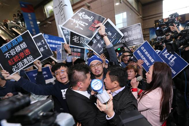 青年軍混入黨部大樓直搗會議室外抗議,手舉標語高喊「老賊下台」,與國民黨中常委林杏兒(右一)發生口角,黨工們也上前阻止,場面一片混亂。(黃世麒攝)