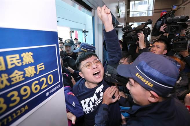 青年軍混入黨部大樓直搗會議室外抗議,手舉標語高喊「老賊下台」,黨工們上前阻止,爆發激烈口角衝突,場面一片混亂。(黃世麒攝)