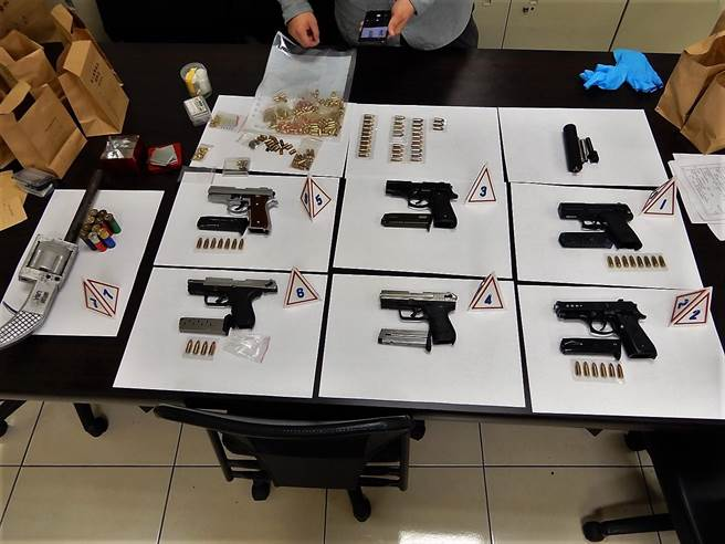 警方在犯嫌車上共查獲七把各式長短槍,有部分已上膛。(警方提供/彰化報導)