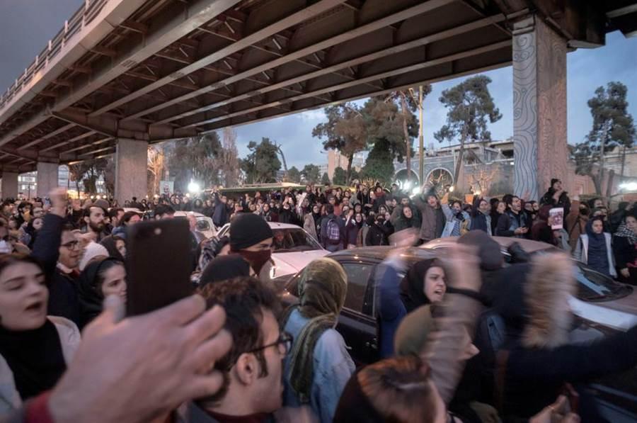 伊朗誤射飛彈擊落客機事件,民眾上街抗議邁入第四天。(圖/路透社)