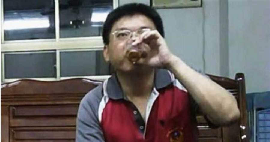 雙冬分隊陳姓小隊長多次在辦公室內喝酒,將嚴肅的公署當成小吃部暢飲。(圖/讀者提供)