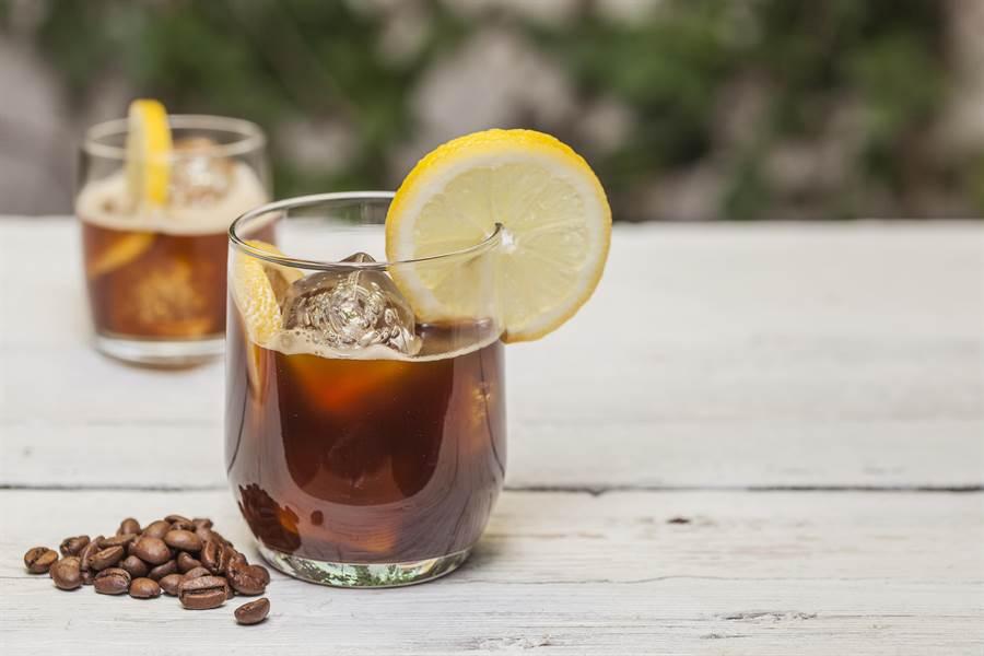 喝咖啡的好處多,日本醫學博士表示,若在加入這兩物,健康效果更好。(圖/Shutterstock)