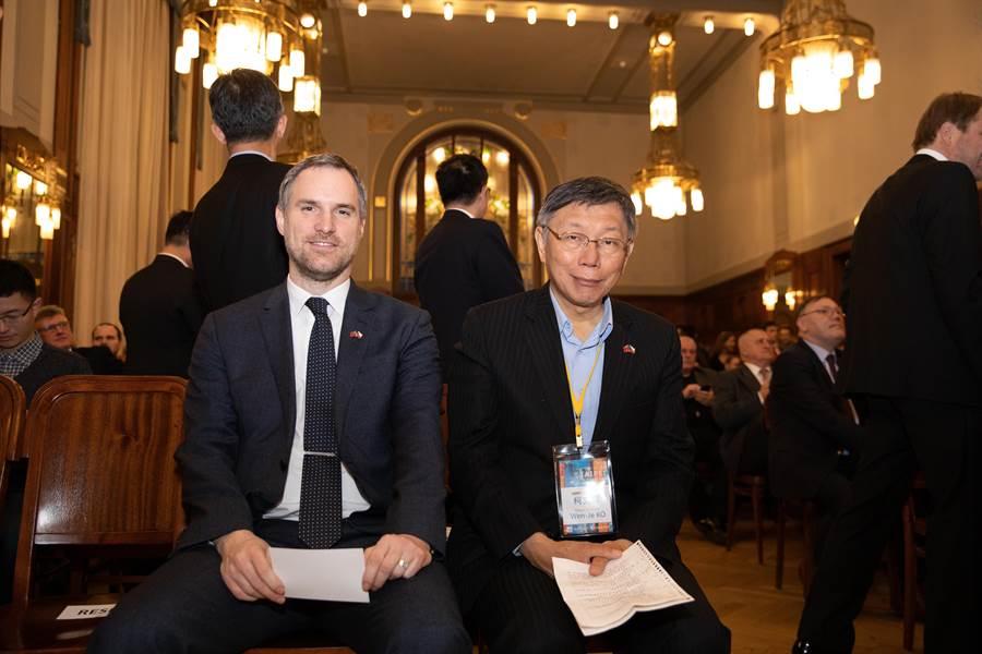 台北市長柯文哲(右)14日在捷克布拉格出席台北之夜。(北市府提供/張穎齊台北傳真)