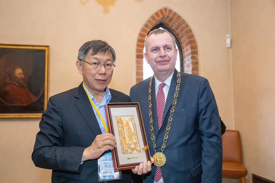 台北市長柯文哲(左)14日在捷克布拉格拜會查理大學校長。(北市府提供/張穎齊台北傳真)