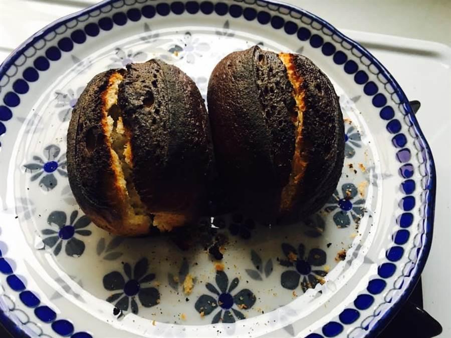 網友在臉書分享,暗黑版半熟麵包。(圖/翻攝自臉書社團《好市多商品經驗老實說》)