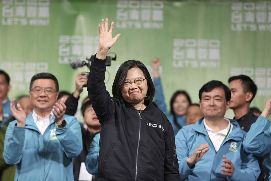 總統蔡英文11日在壓倒性贏得連任後,向支持者揮手致意。(美聯社)