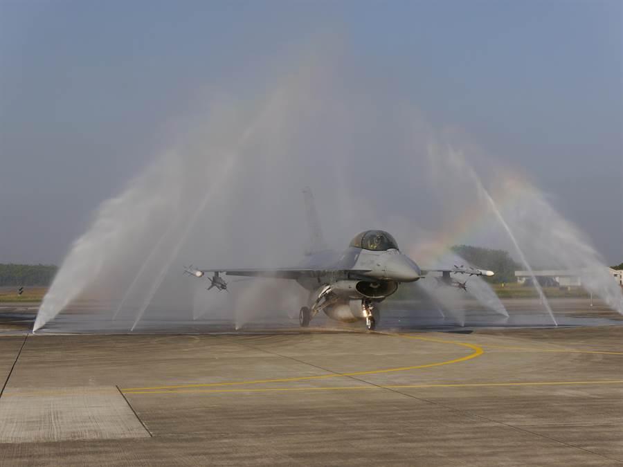 F-16V進行清洗作業。記者張國威攝