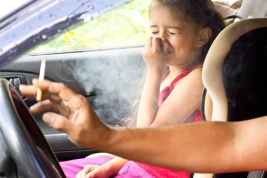 日厚生勞動省調查發現,低所得者抽菸率較高。(示意圖,達志影像)