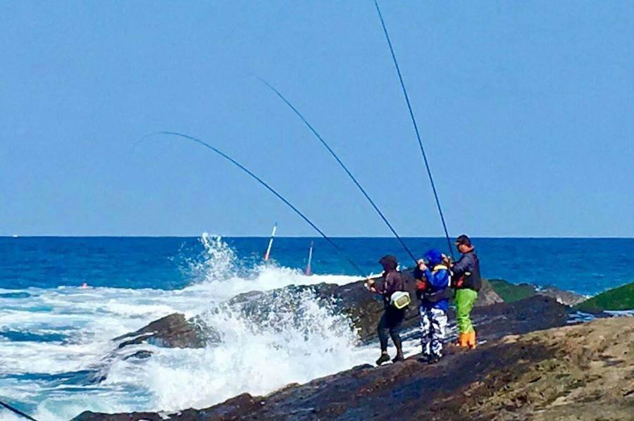 東北角的磯釣場,與黑毛拚戰的漁人們。(周林興提供)