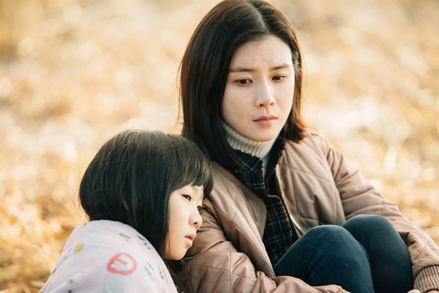 許律(左)在《媽媽的愛》中遇上了拯救她逃離受虐家庭的老師李寶英。(圖/中天提供)