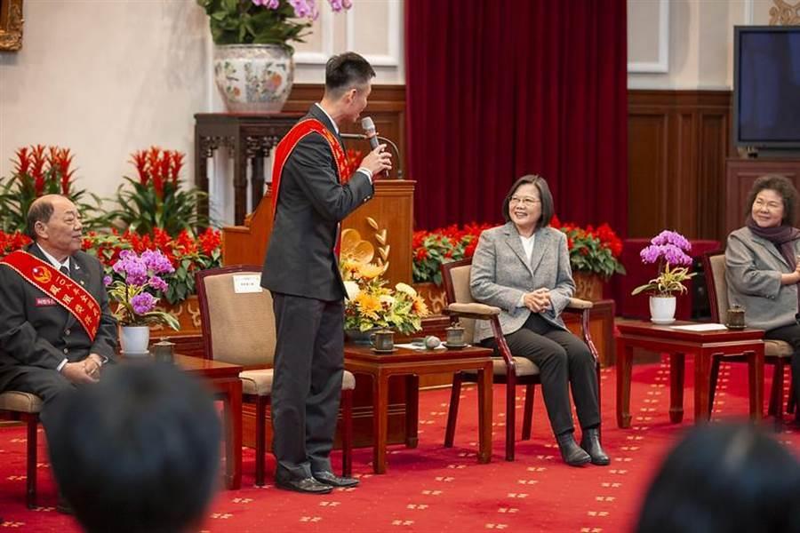 蔡英文總統今(15)日上午接見108年「鳳凰獎」楷模得獎人。(圖由總統府提供)