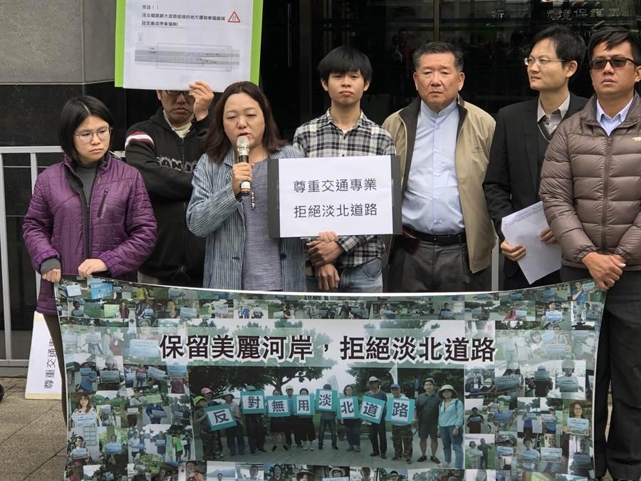 環團及專家學者今(15)日於環保署前抗議,表示淡北道路開發案缺乏專業評估,未來將大大衝擊自然環境。(李柏澔攝)