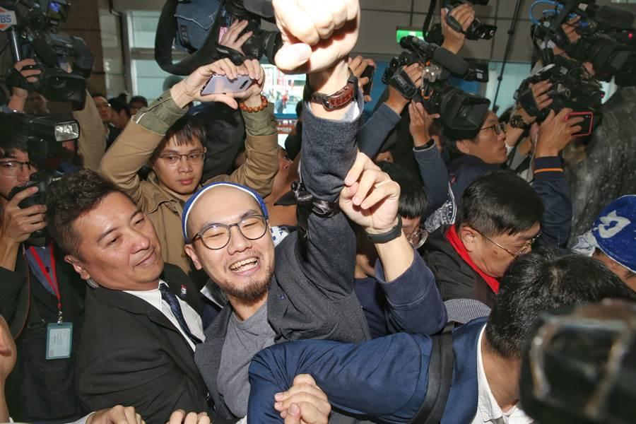 國民黨15日召開敗選後的首場中常會,青年世代混入黨部大樓,手持標語表達訴求直搗中常會會議室外,手舉標語高喊「老賊下台」。(王英豪攝)