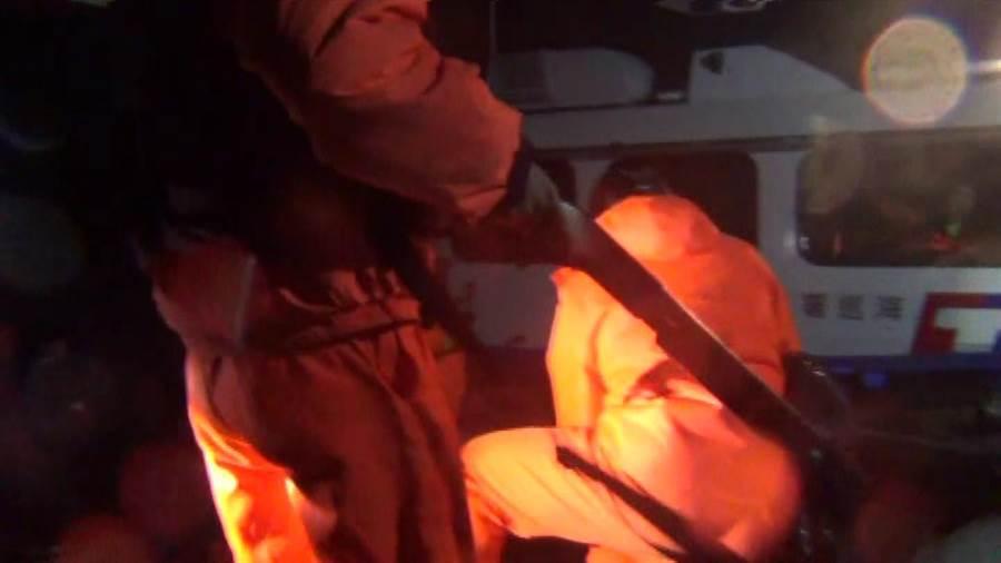 金門海巡多功能快艇「CP-1020」搭載4名特勤幹員以強靠攻堅,逮捕林姓船長及4名船員。(金門海巡隊提供)