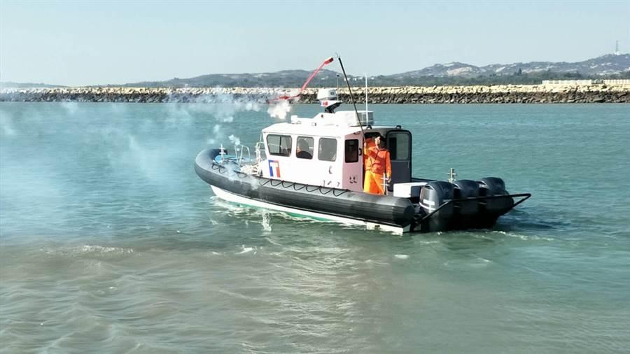 海巡署新造多功能艇,最大航速可達45節,相當於每小時83.34公里,同時具備吃水淺、靈活性高等特性,為國內目前速度最快、最靈活的執法快艇。(金門海巡隊提供)
