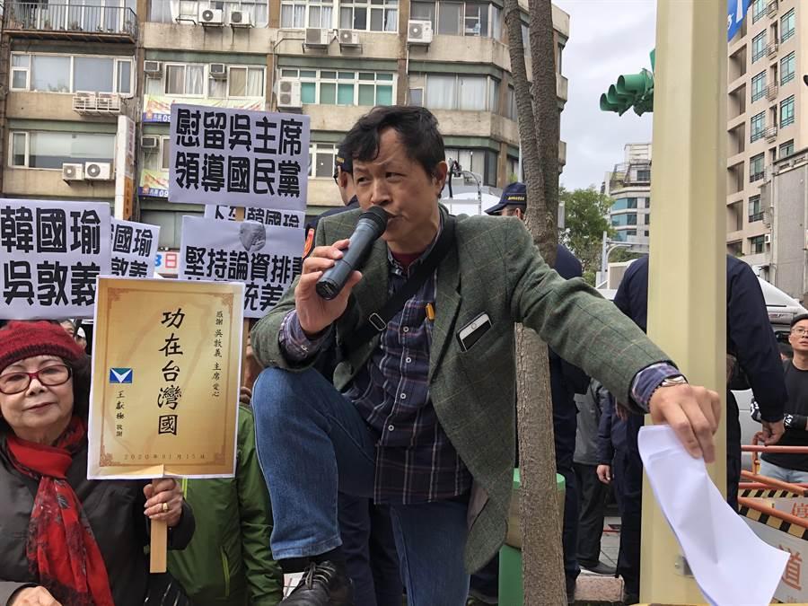 陳峻涵下午手持大聲公,全篇以嘲諷國民黨的口吻表達訴求。(趙婉淳攝)