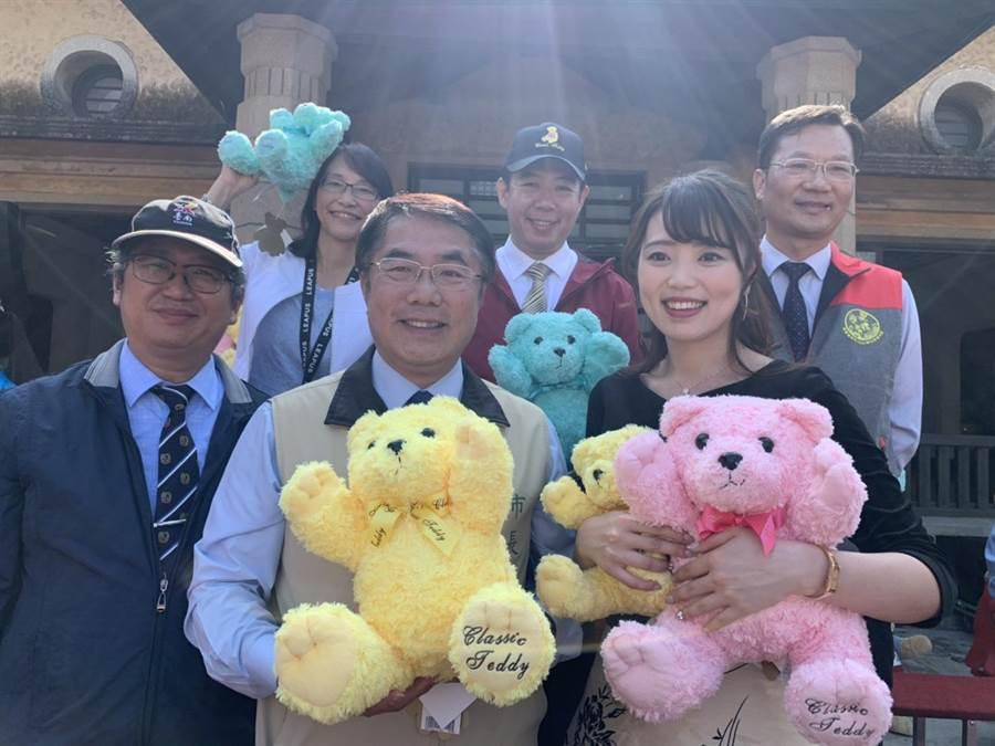 台南市長黃偉哲(前左)與台南親善大使高橋紫微為新化年貨大街宣傳。(劉秀芬攝)