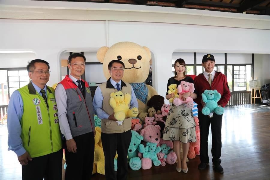 今年武德殿室內另有泰迪熊展示拍照專區。(台南市經發局提供/劉秀紛傳真)