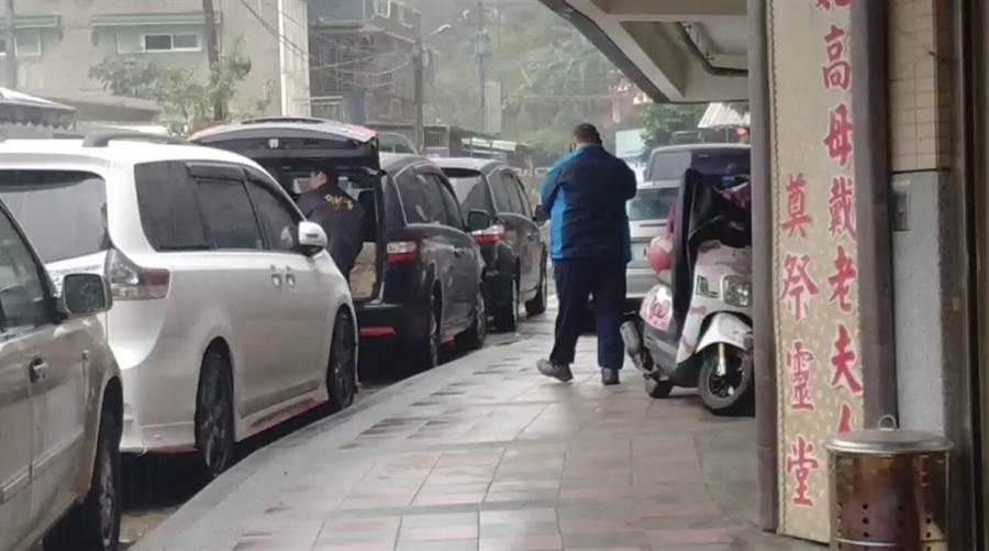 馬來西亞籍26歲的鄧姓女華僑遭人支解分裝成三袋兩箱棄屍於基隆七堵山區的產業道路,而林嫌私闖七堵區的一處民宅並在屋內自殺,警方於今日下午2點進行驗屍,被害死者鄧女的哥哥也到場確認。(翻攝照片/吳康瑋基隆傳真)