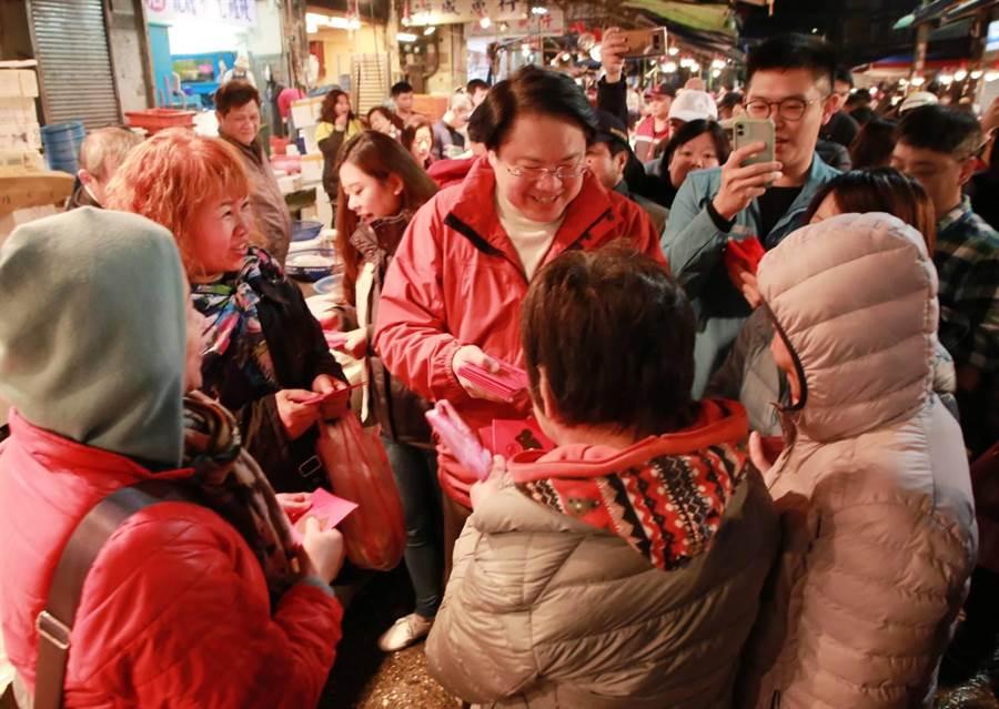 基隆市長林右昌連續第6年至崁仔頂魚市拜年,受到民眾熱親歡迎。(基隆市府提供/許家寧基隆傳真)