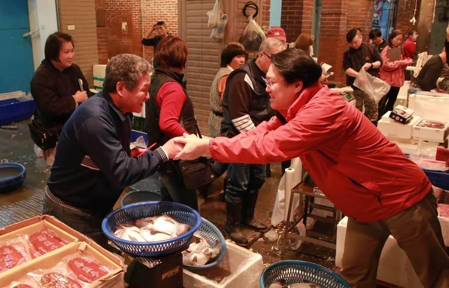 基隆市長林右昌(右)每年春節前夕都繪製崁仔頂、果菜市場等地向攤商、採購年貨市民拜年。(基隆市府提供/許家寧基隆傳真)