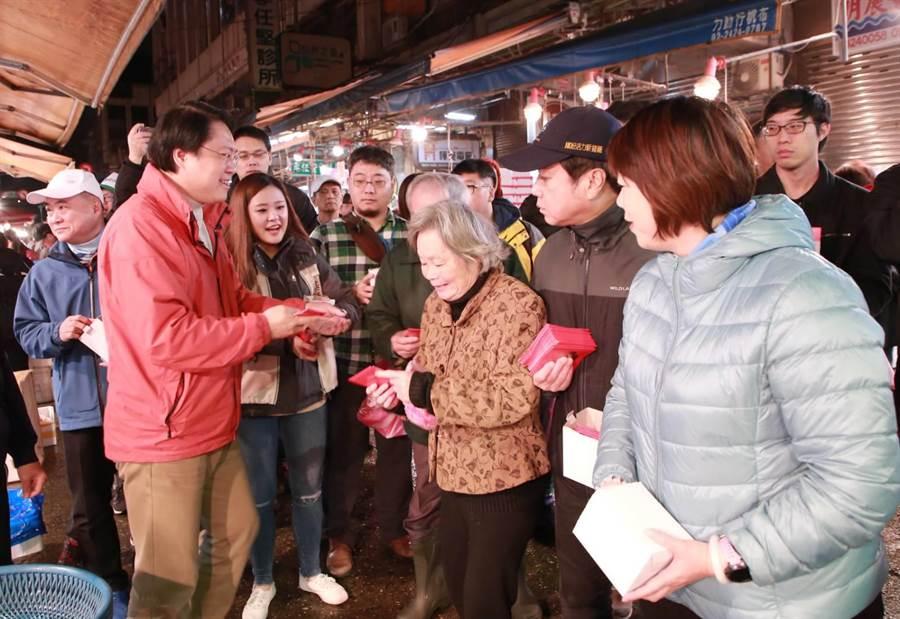 攤商與採購民眾紛紛要與市長林右昌合照與簽名。(基隆市府提供/許家寧基隆傳真)