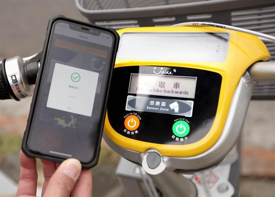 圖為操作借車還車的車上機,除了使用悠遊卡,也可利用手機綁定信用卡借車。(范揚光攝)