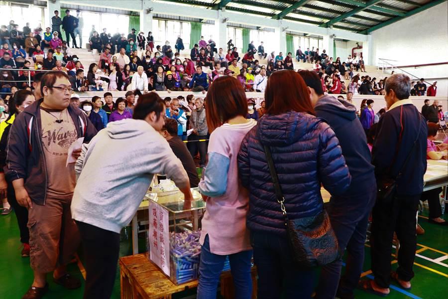潮州鎮春節市集一般區336個攤位15日進行抽籤,近3000人再次上演「搶攤」戲碼,而因中籤率僅1成,結果可說是少家歡樂多家愁。(謝佳潾攝)