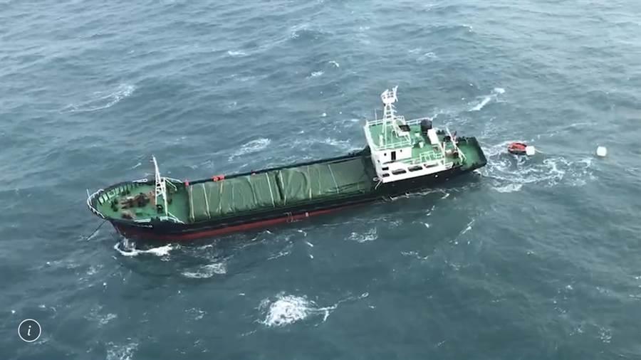 蒙古籍貨輪在彰化外海傾斜,船上7人棄船逃命。(海巡署提供/陳淑娥台中傳真)
