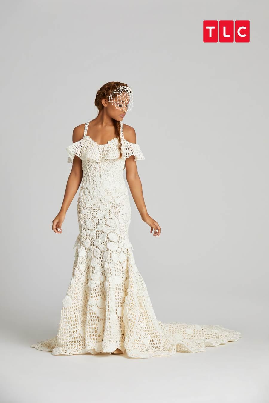 冠軍瑪莫莎製作的露肩低胸婚紗做工細緻,織線是以廁紙一條條搓成,再用鉤針織妥。(圖取自TLC旅遊生活頻道官網)