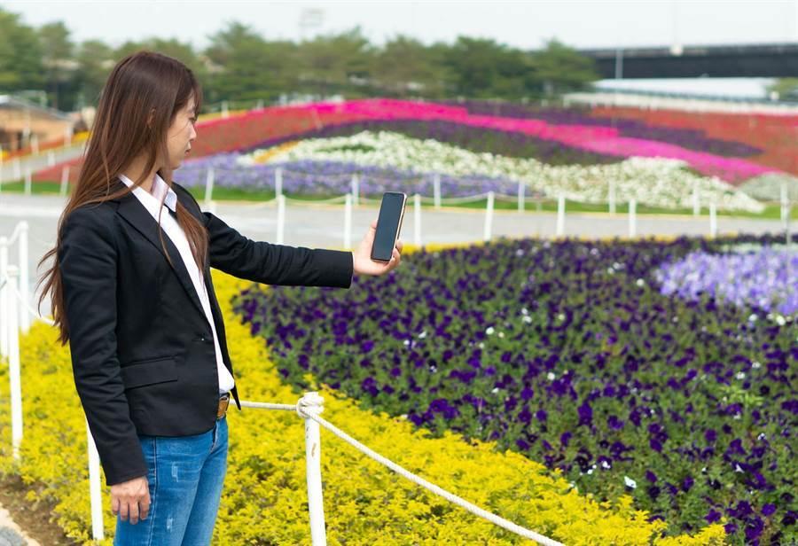 遊客嘗試使用iPing屏東智慧導覽農城APP,走逛熱博園區。(翻攝畫面)