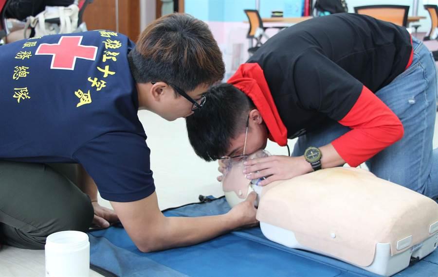 義守大學「健康醫學密碼」課程,邀請紅十字會教授CPR課程,指導學生急救訓練與協助考照。(林雅惠攝)