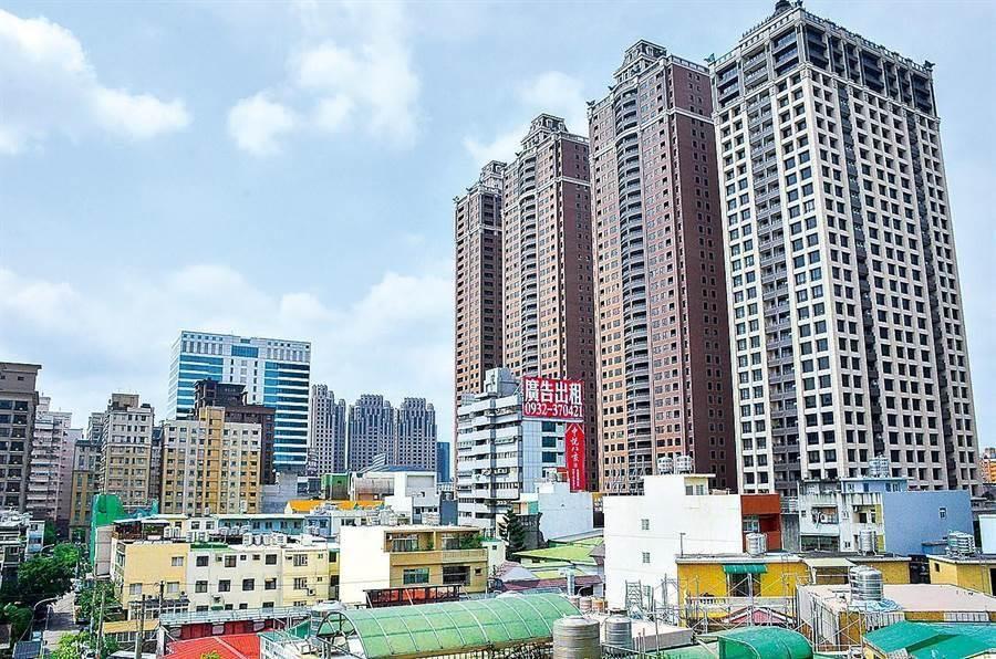 一位打算買房的民眾正猶豫著,到底要選擇「台北市的老公寓」還是「新北市的新大樓」?不過,對於此問題,網友卻一面倒選擇「它」。(圖/本報系資料照)