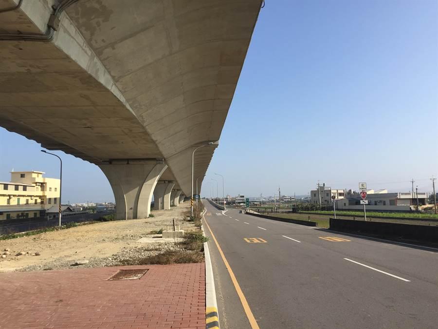 台61線西濱快速道路房裡交流道僅設有「南出、北入」匝道,引起苗栗苑裡的鄉親怨聲載道。(巫靜婷攝)