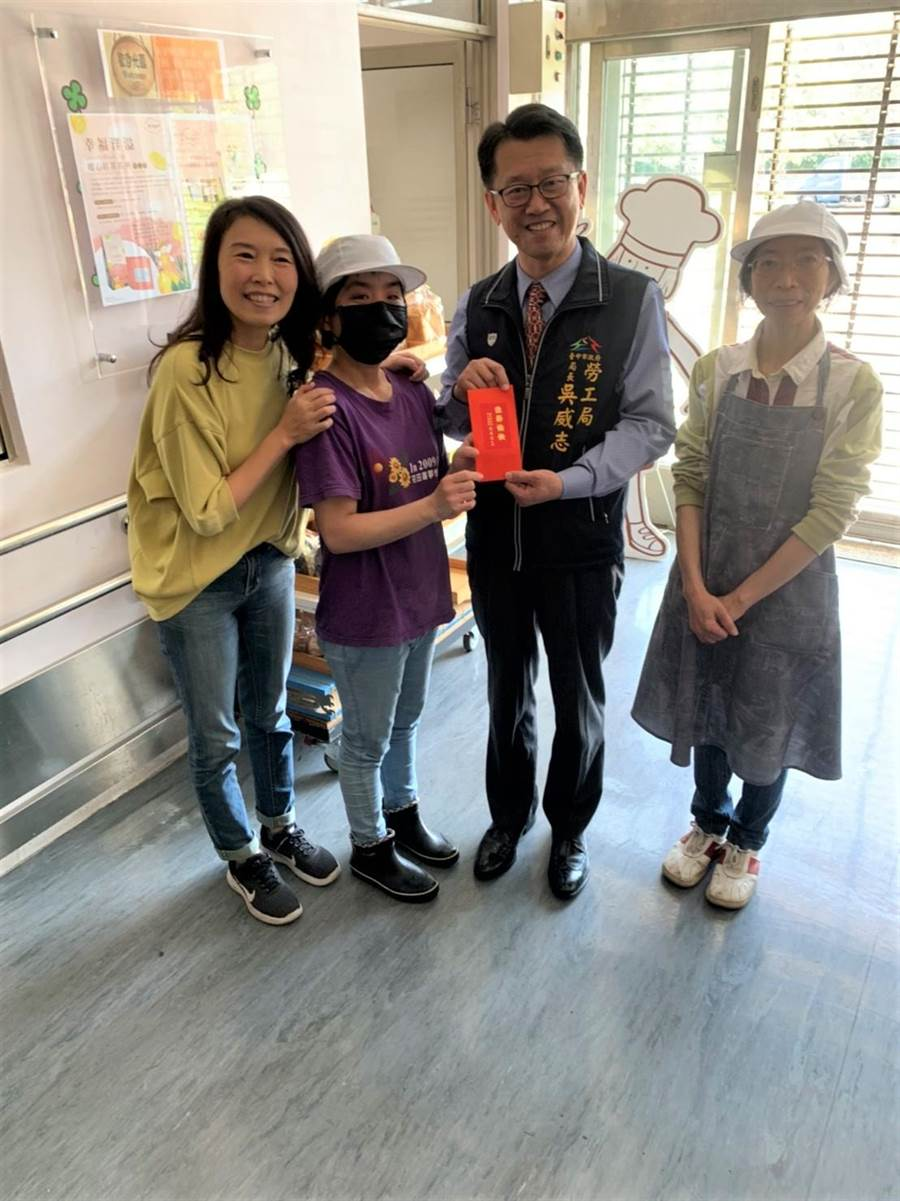 勞工局長吳威志致贈新年紅包給瑪利MAMA手作麵包。(台中市政府提供/陳世宗台中傳真)