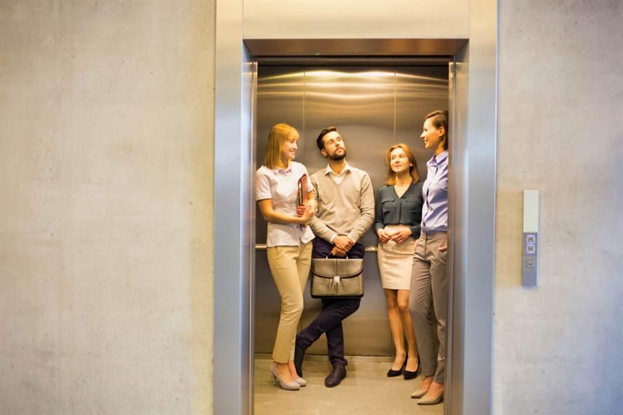 老媽電梯搭訕鮮肉鄰居 女兒看傻眼(示意圖/ 取自達志影像)