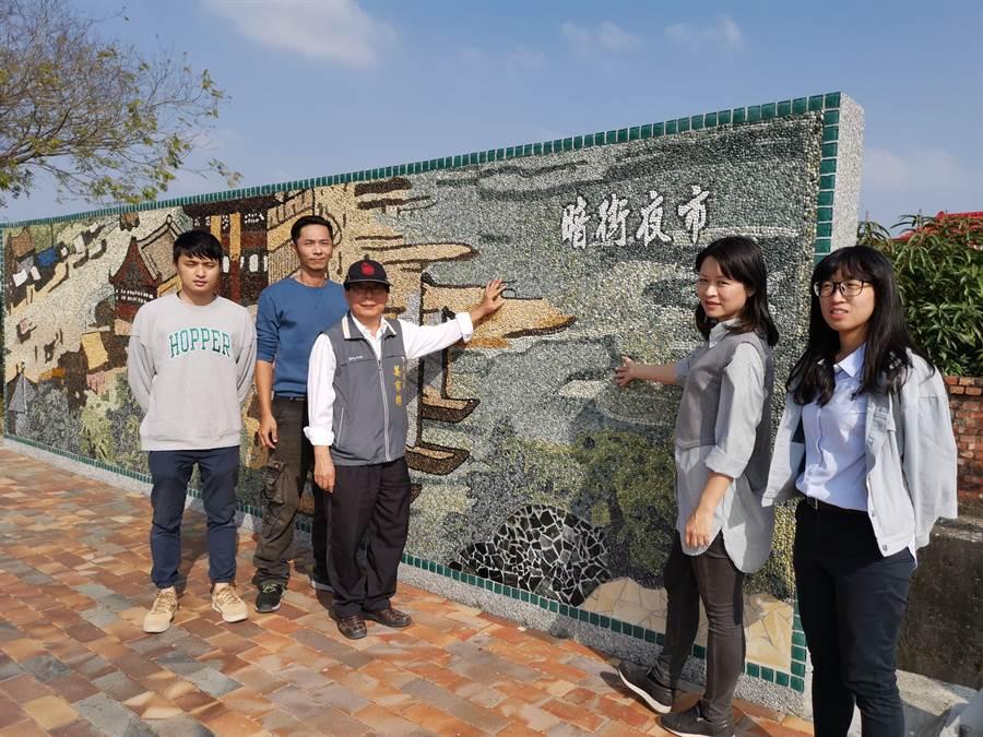 下營區長姜家彬(左三)表示,希望透過古官道八景造景裝置,讓民眾認識茅港尾過去繁華歷史。(劉秀芬攝)