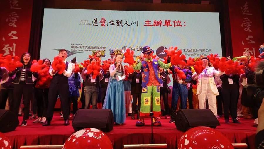 (裝扮成小丑的精湛建設總經理陳志聲,熱情號召企業主贊助今年共募集逾700萬物資、造福了10個社福團體。圖/曾麗芳)