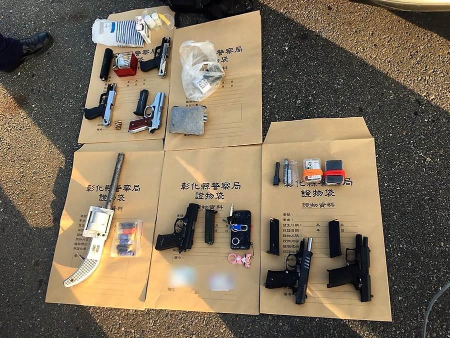 車上查獲手槍6把、長槍1把、長短槍子彈1批,以及毒品海洛因、安非他命及吸食器等。(警方提供/彰化報導)