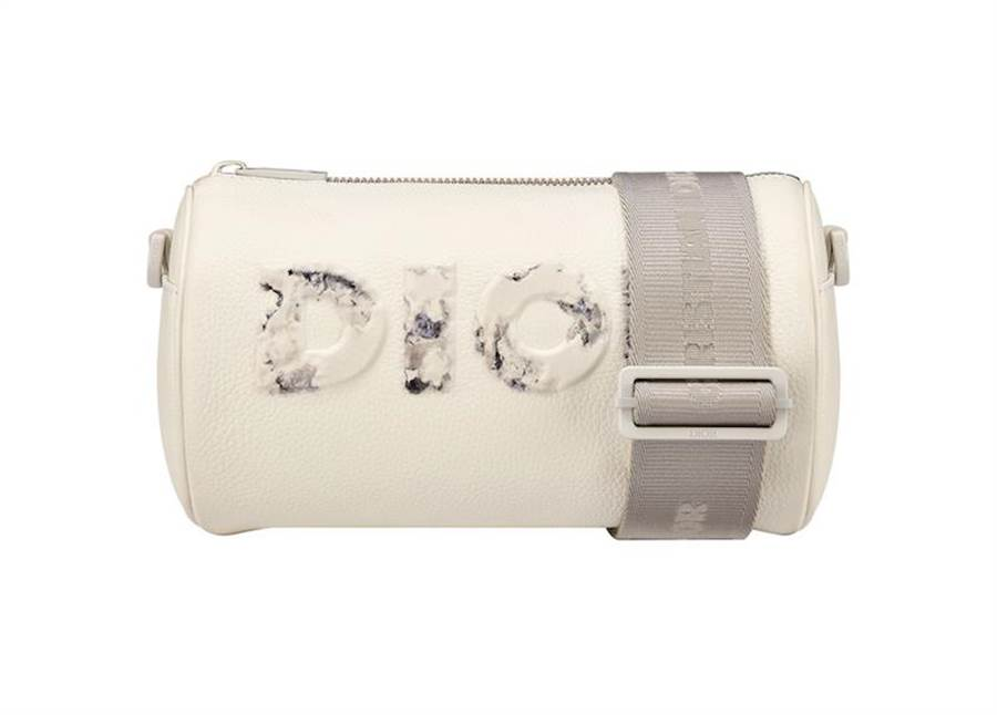 DIOR AND DANIEL ARSHAM 白色粒紋小牛皮圓筒包,4萬8000元。(Dior提供)