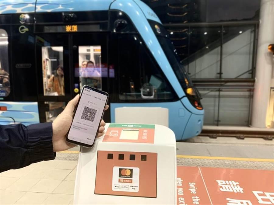 (淡海輕軌啟用行動支付,用LINE Pay乘車碼首月免費。圖/一卡通公司提供)