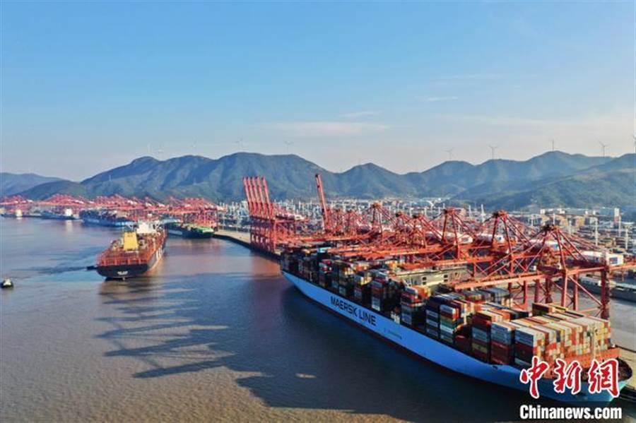 寧波舟山港年貨物輸送量首破11億噸。(照片取自中新網)