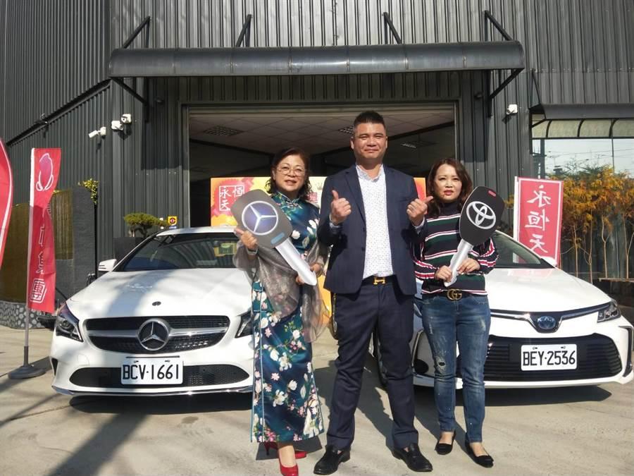 直播主林揚竣(中)今天舉行交車儀式,幸運得主為謝小姐(左)及張小姐(右)。(陳淑娥攝)